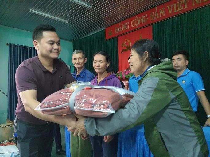 Bạn đọc Báo Người Lao Động trao 180 triệu đồng đến bà con vùng lũ Quảng Bình - Ảnh 6.