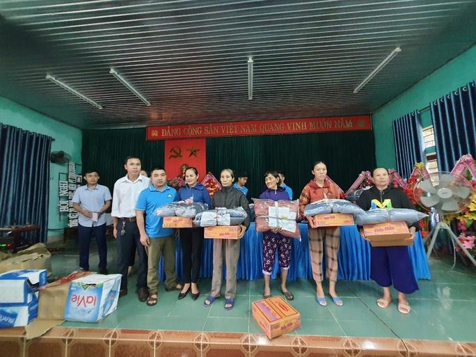 Bạn đọc Báo Người Lao Động trao 180 triệu đồng đến bà con vùng lũ Quảng Bình - Ảnh 7.