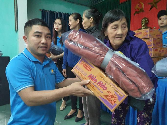Bạn đọc Báo Người Lao Động trao 180 triệu đồng đến bà con vùng lũ Quảng Bình - Ảnh 8.