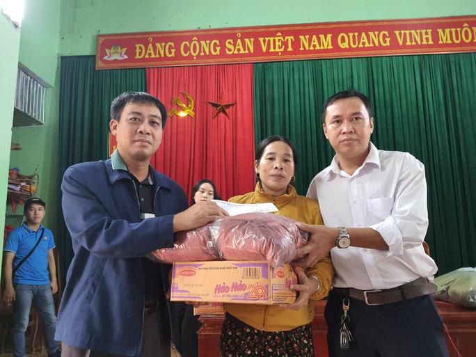 Bạn đọc Báo Người Lao Động trao 180 triệu đồng đến bà con vùng lũ Quảng Bình - Ảnh 13.