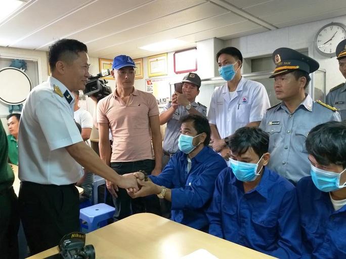 3 ngư dân Bình Định chìm tàu được cứu kể về giây phút sinh tử trên biển - Ảnh 2.