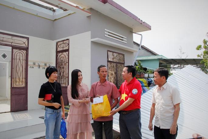 Ngọc nữ bolero Tố My cùng Báo Người Lao Động đến với người dân  vùng bão huyện Nông Sơn - Ảnh 2.