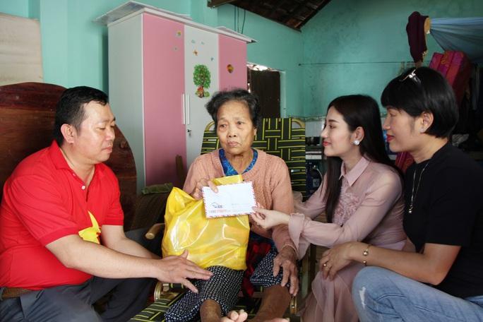 Ngọc nữ bolero Tố My cùng Báo Người Lao Động đến với người dân  vùng bão huyện Nông Sơn - Ảnh 4.