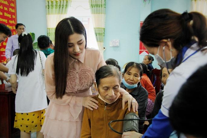 Ngọc nữ bolero Tố My cùng Báo Người Lao Động đến với người dân  vùng bão huyện Nông Sơn - Ảnh 6.