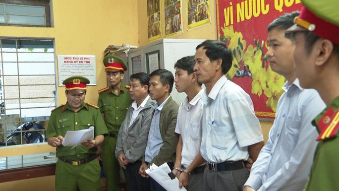 Làm ẩu, nguyên chủ tịch phường và 4 nhân viên bị bắt - Ảnh 1.