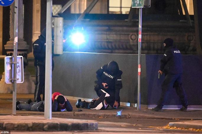 Áo rúng động sau vụ tấn công khủng bố ở trung tâm thủ đô - Ảnh 1.