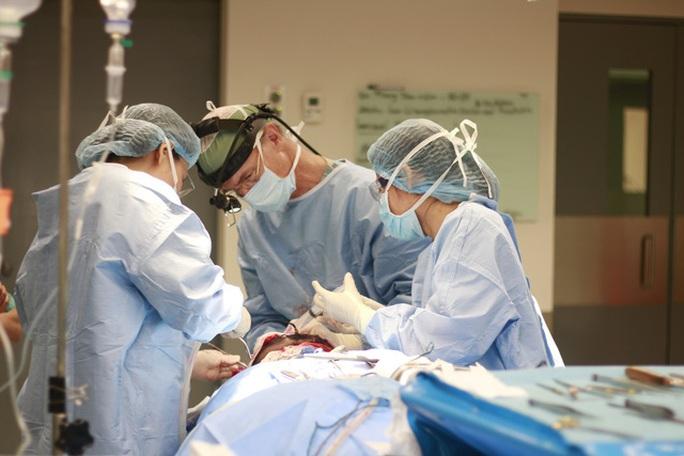 Xóa u sợi thần kinh trên mắt bệnh nhân trẻ - Ảnh 1.