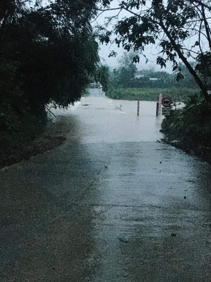Quảng Nam mưa lớn, Quốc lộ 40B bị chia cắt, thủy điện đang xả lũ - Ảnh 1.