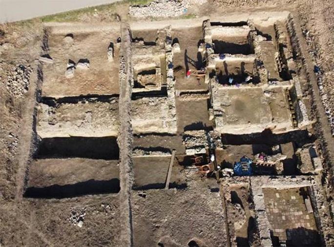 Đào ruộng bắp, phát hiện pháo đài châu báu 2.000 tuổi - Ảnh 1.