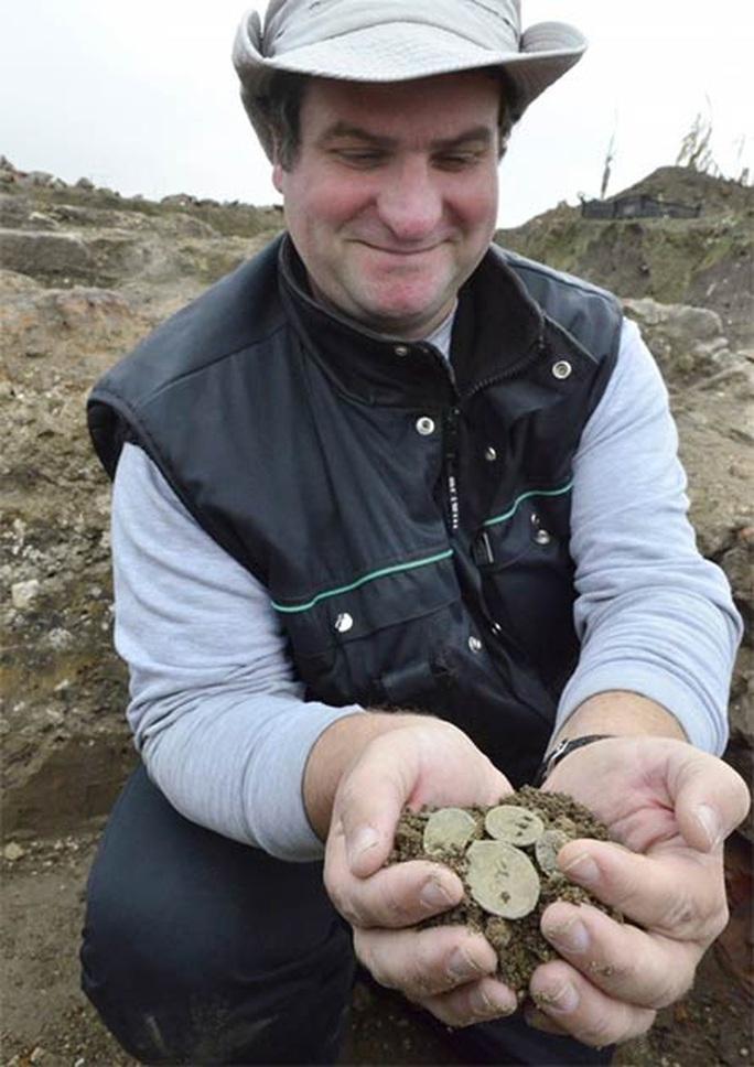 Đào ruộng bắp, phát hiện pháo đài châu báu 2.000 tuổi - Ảnh 2.