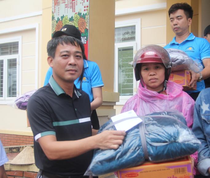 Báo Người Lao Động phối hợp với các nhà tài trợ trao 160 triệu đồng cho bà con vùng lũ Hà Tĩnh - Ảnh 8.