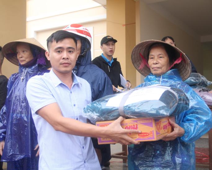 Báo Người Lao Động phối hợp với các nhà tài trợ trao 160 triệu đồng cho bà con vùng lũ Hà Tĩnh - Ảnh 7.