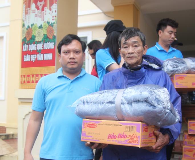 Báo Người Lao Động phối hợp với các nhà tài trợ trao 160 triệu đồng cho bà con vùng lũ Hà Tĩnh - Ảnh 5.