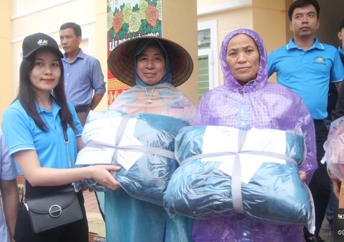 Báo Người Lao Động phối hợp với các nhà tài trợ trao 160 triệu đồng cho bà con vùng lũ Hà Tĩnh - Ảnh 4.