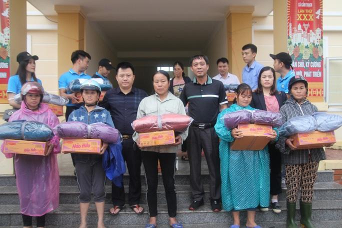 Báo Người Lao Động phối hợp với các nhà tài trợ trao 160 triệu đồng cho bà con vùng lũ Hà Tĩnh - Ảnh 2.