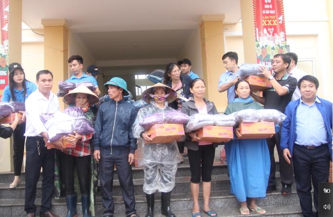 Báo Người Lao Động phối hợp với các nhà tài trợ trao 160 triệu đồng cho bà con vùng lũ Hà Tĩnh - Ảnh 3.
