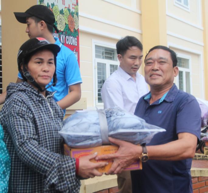 Báo Người Lao Động phối hợp với các nhà tài trợ trao 160 triệu đồng cho bà con vùng lũ Hà Tĩnh - Ảnh 6.