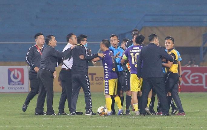 Hình ảnh CLB Hà Nội bao vây chỉ trích trọng tài nhao nhao như chợ trời - Ảnh 3.