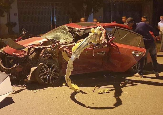 4 người thương vong sau cú va chạm cực mạnh giữa ôtô con và xe tải - Ảnh 1.