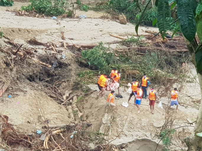 Lở núi Trà Leng: Tìm được thi thể thứ 9 là một bé gái, còn 13 người mất tích - Ảnh 2.
