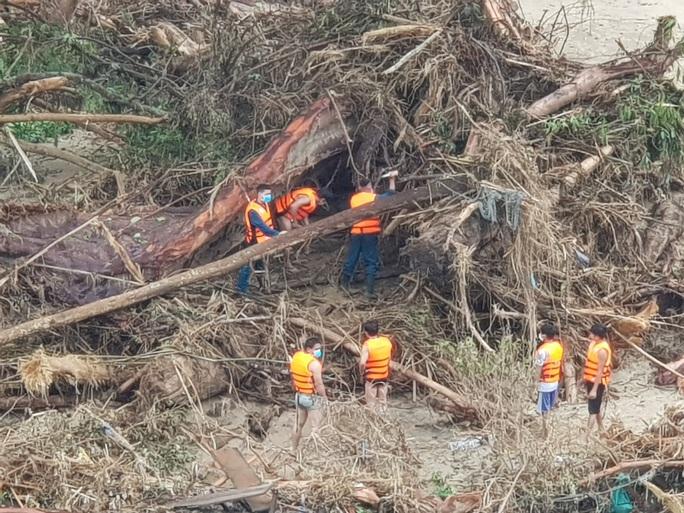 Lở núi Trà Leng: Tìm được thi thể thứ 9 là một bé gái, còn 13 người mất tích - Ảnh 1.
