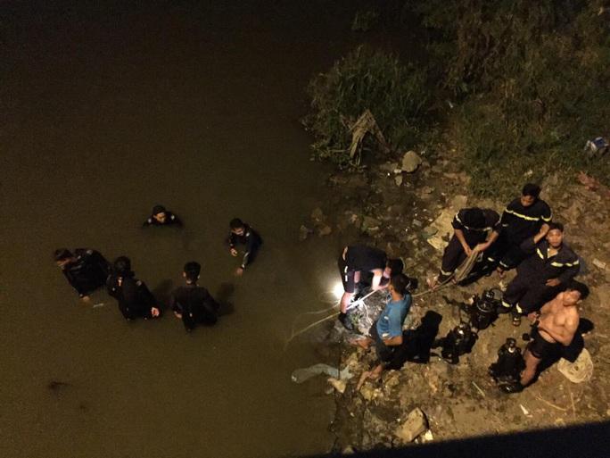 Tìm thấy thi thể nam thanh niên nhảy cầu Gò Dưa - Ảnh 1.