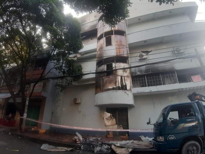 TP HCM: Điều tra vụ cháy lớn trong nhà làm 6 người mắc kẹt - Ảnh 1.