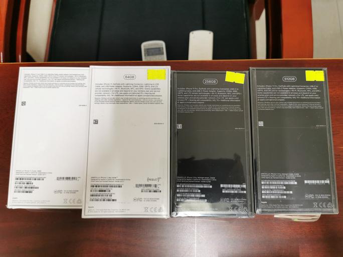 TP HCM: Thu giữ hàng chục iPhone 12 xách tay - Ảnh 1.