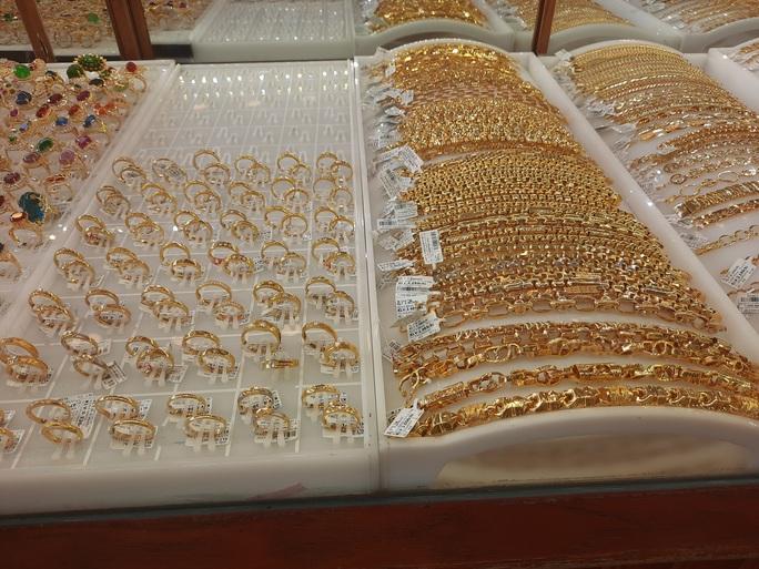 Giá vàng hôm nay 6-11: Thế giới tăng tới 1,3 triệu đồng/lượng, trong nước thận trọng tăng theo - Ảnh 1.