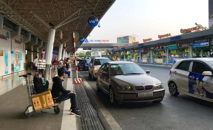 Xe khách, xe taxi lưu ý khi lưu thông vào sân bay Tân Sơn Nhất - Ảnh 1.