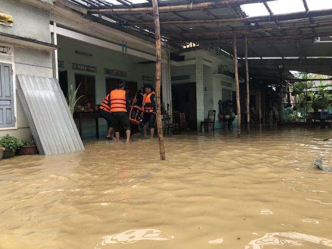 Hàng ngàn người dân ở Quảng Ngãi chạy lũ trong đêm - Ảnh 5.