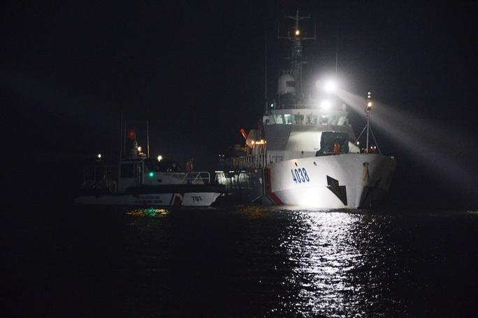 Tàu chở 5.300 tấn Clinker bị chìm, thuyền trưởng mất tích, 7 người thoát chết - Ảnh 1.