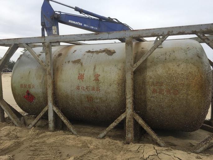 Bồn kim loại có chữ Trung Quốc trôi dạt vào bờ biển Quảng Nam - Ảnh 1.