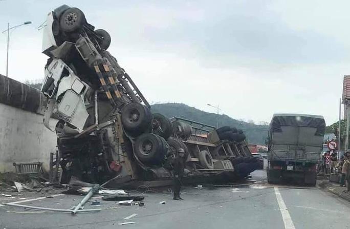 Tai nạn khó tin: Tránh ổ gà, xe container lao từ cầu vượt xuống đường - Ảnh 1.