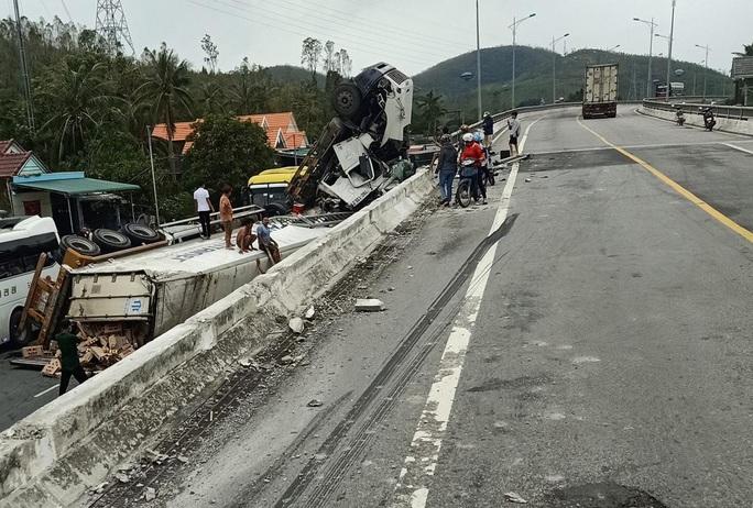 Tai nạn khó tin: Tránh ổ gà, xe container lao từ cầu vượt xuống đường - Ảnh 5.