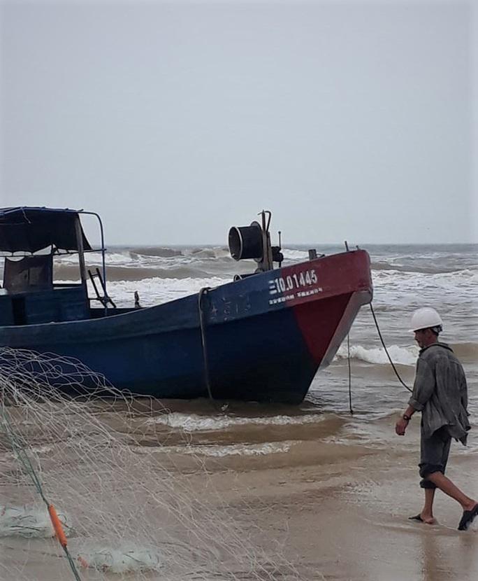 """Bí ẩn 2 chiếc tàu """"ma"""" in chữ Trung Quốc dạt vào bờ biển miền Trung - Ảnh 1."""