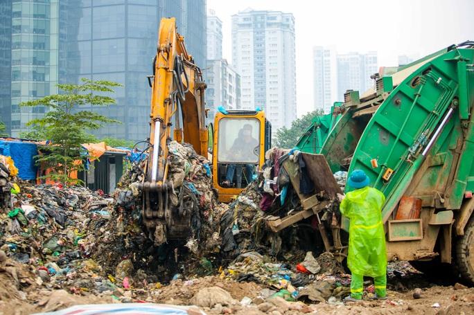 CLIP: Cận cảnh núi rác khổng lồ bốc mùi hôi thối giữa Thủ đô - Ảnh 4.