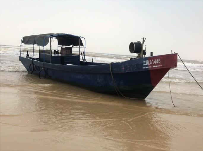 """Bí ẩn 2 chiếc tàu """"ma"""" in chữ Trung Quốc dạt vào bờ biển miền Trung - Ảnh 2."""