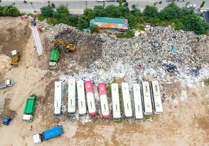 CLIP: Cận cảnh núi rác khổng lồ bốc mùi hôi thối giữa Thủ đô - Ảnh 7.