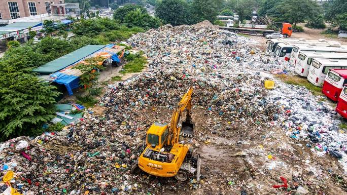 CLIP: Cận cảnh núi rác khổng lồ bốc mùi hôi thối giữa Thủ đô - Ảnh 9.