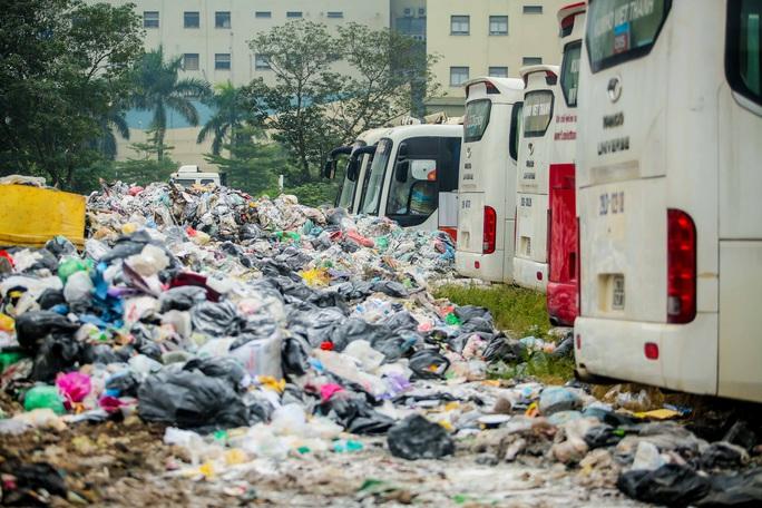 CLIP: Cận cảnh núi rác khổng lồ bốc mùi hôi thối giữa Thủ đô - Ảnh 11.