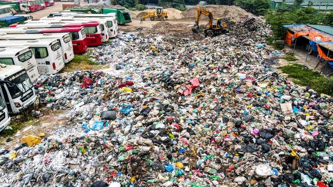 CLIP: Cận cảnh núi rác khổng lồ bốc mùi hôi thối giữa Thủ đô - Ảnh 12.