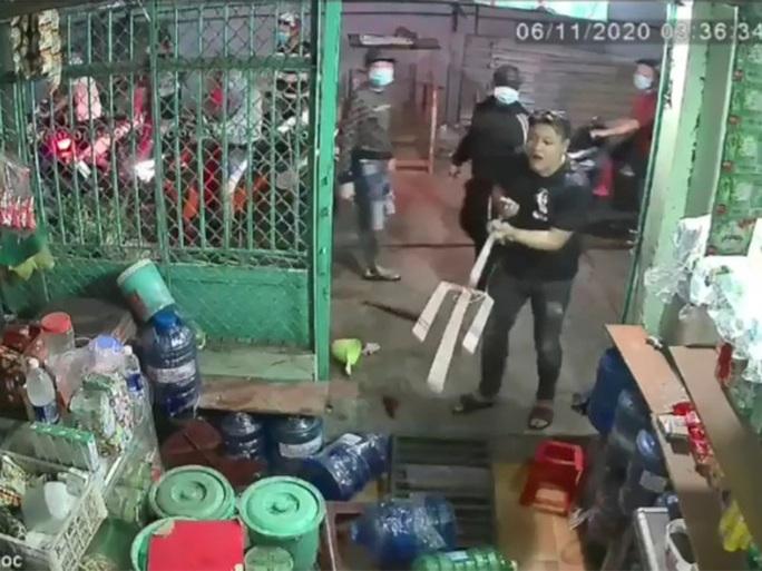 Bắt giữ 2 kẻ dùng ba chĩa truy sát người đàn ông ở Bình Tân - Ảnh 2.
