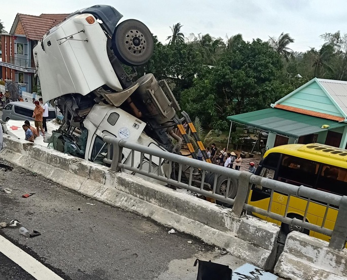 Tai nạn khó tin: Tránh ổ gà, xe container lao từ cầu vượt xuống đường - Ảnh 4.