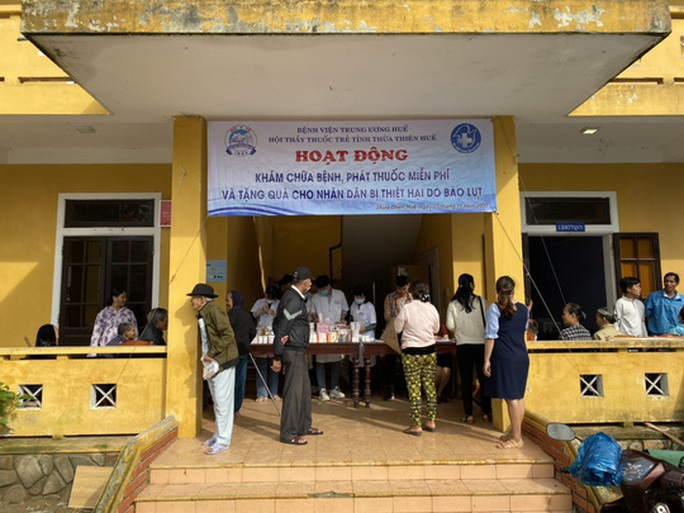 Khám chữa bệnh miễn phí cho người dân vùng bão lũ Thừa Thiên - Huế - Ảnh 1.