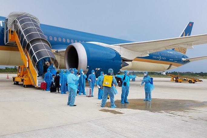 Hơn 240 công dân Việt Nam từ Singapore về nước - Ảnh 1.