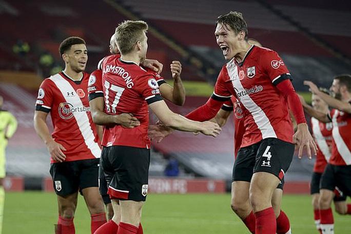 Southampton lập kỳ tích 32 năm, Liverpool mất ngôi đầu Ngoại hạng  - Ảnh 1.