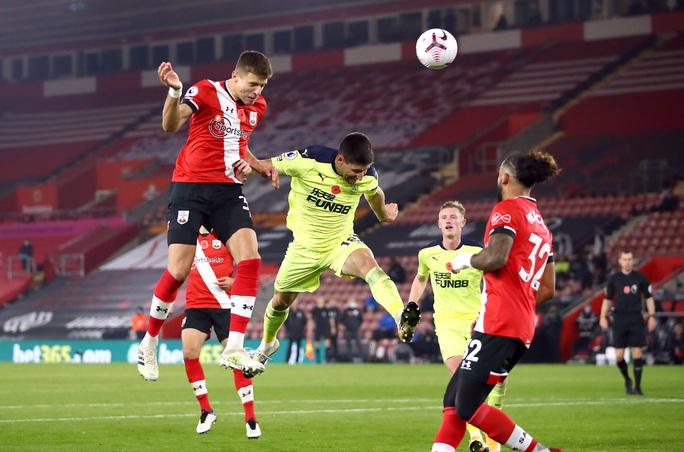 Southampton lập kỳ tích 32 năm, Liverpool mất ngôi đầu Ngoại hạng  - Ảnh 2.