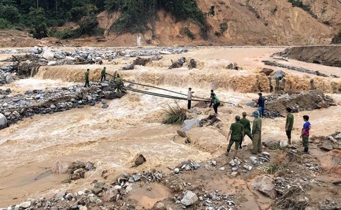 Tiếp tục tìm kiếm 17 người mất tích ở Trà Leng, Phước Lộc - Ảnh 1.