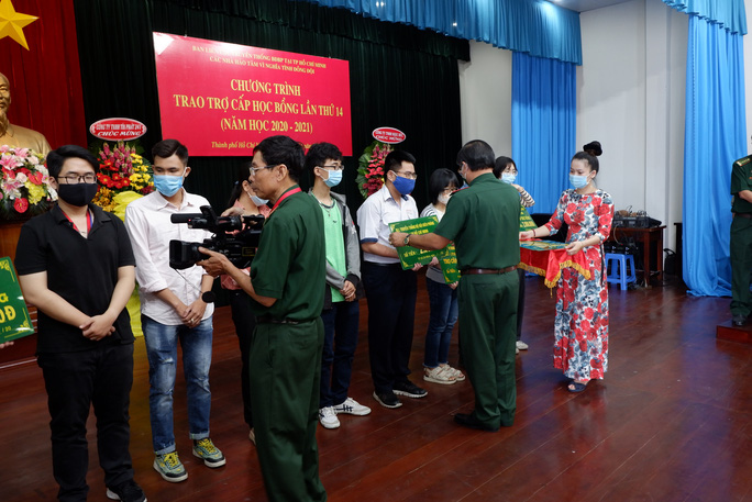 Trao 111 suất học bổng cho con em cựu chiến binh Biên phòng - Ảnh 1.